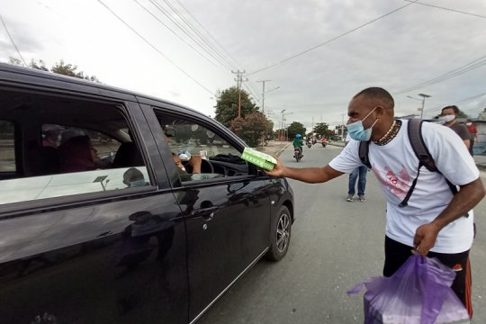 Mahasiswa Papua di Sulteng bagikan takjil ke warga Palu