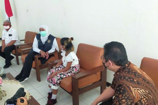 Khofifah jenguk anak dari ART diduga korban penganiayaan oleh majikan