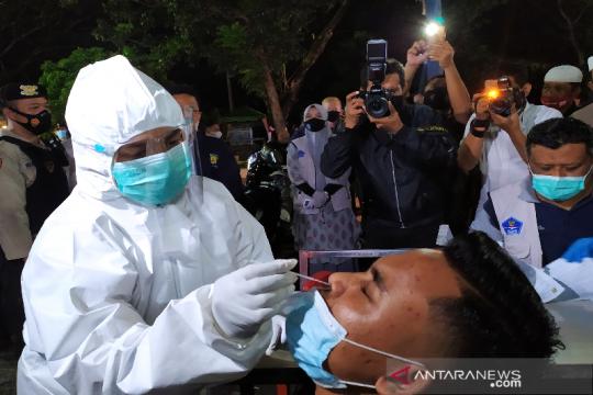 Pengelola dan pengunjung warkop di Banda Aceh dites usap antigen