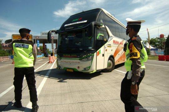 Petugas putar balik kendaraan di Tol Pejagan