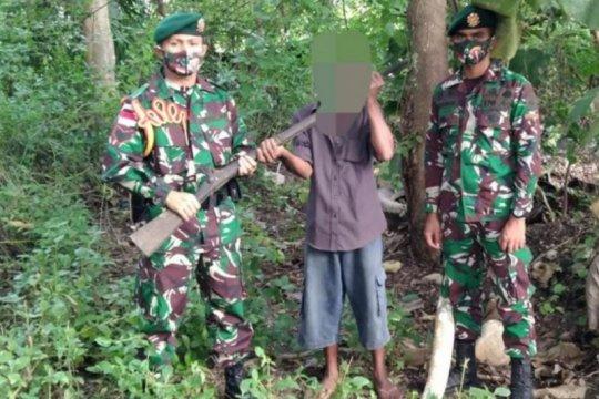 Warga menyerahkan 10 pucuk senjata api ke Satgas Pamtas RI-Timor Leste