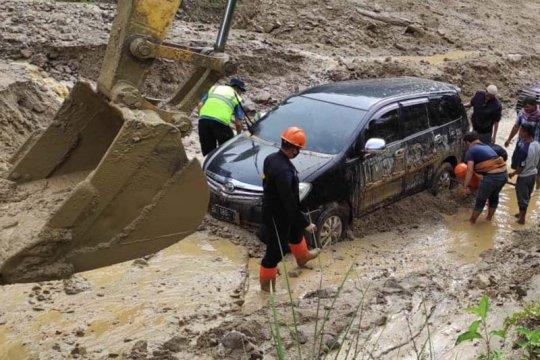 Polda Aceh kerahkan personel Brimob bersihkan material longsor