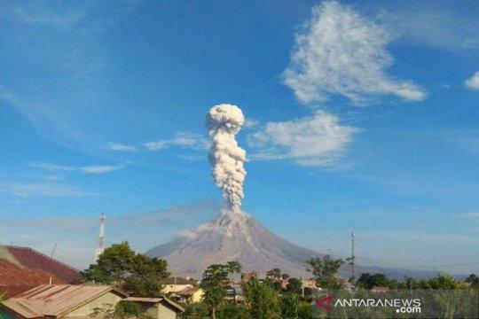 Gunung Sinabung luncurkan abu vulkanik setinggi 2.500 meter