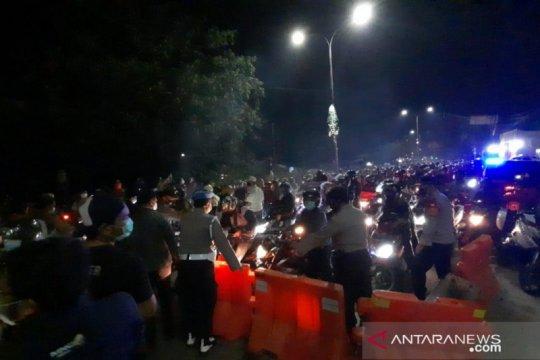 Polisi kerahkan ratusan personel tambahan di titik sekat Bekasi