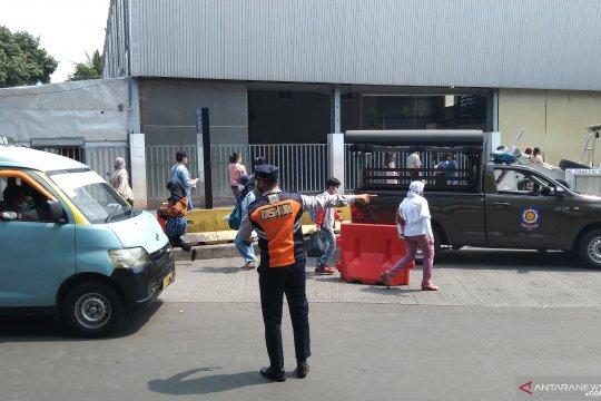Sudin Perhubungan tertibkan kendaraan di depan Stasiun Tanah Abang