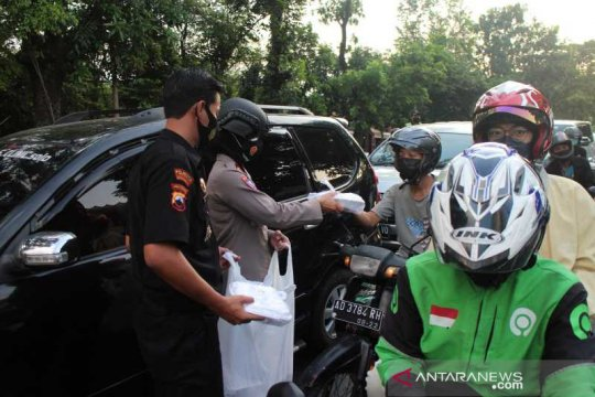 Senkom Mitra Polri bagikan ratusan takjil dan masker di Solo