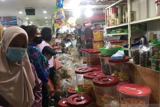 Jelang Lebaran, warga buru kue kering di Pasar Senen