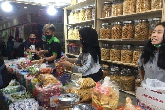 Penjual kue di Pasar Senen kekurangan stok
