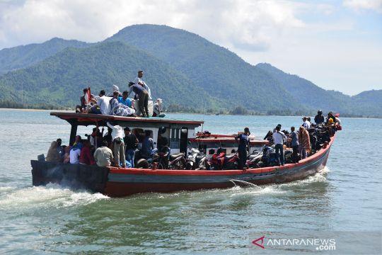 Aktivitas warga pulau berbelanja sembako