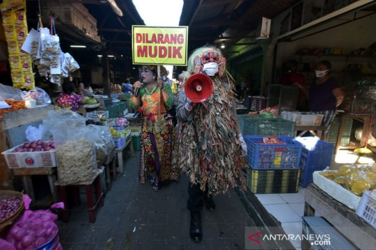 Edukasi larangan mudik di pasar tradisional Bali