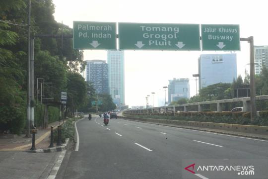 Jalan Gatot Subroto lengang saat hari pertama Idul Fitri 1442 H
