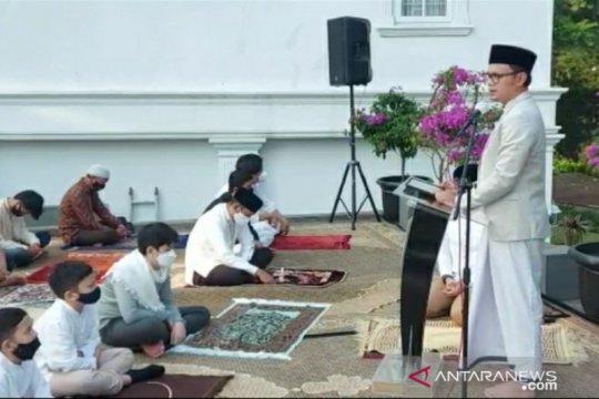 Bima Arya dan keluarga Shalat Idul Fitri di halaman rumah