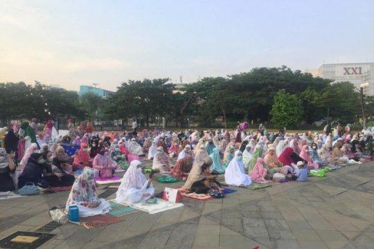 Ribuan warga Shalat Idul Fitri di Lapangan Velodrome