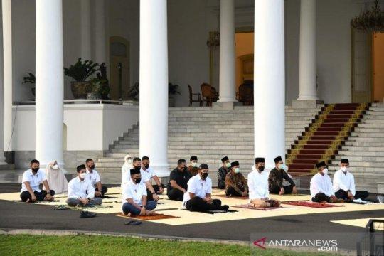 Presiden Jokowi-Ibu Negara shalat Idul Fitri di halaman Istana Bogor