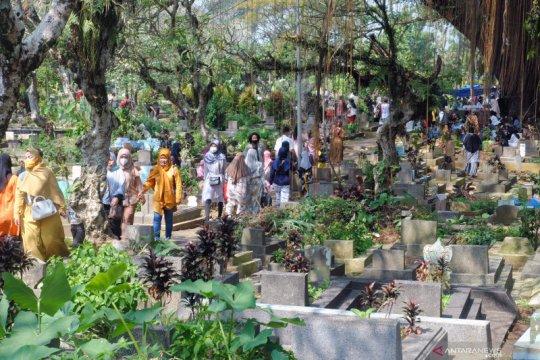 Warga masih melakukan ziarah kubur meski telah dilarang