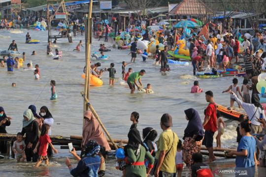 Wisata Pantai Karangsong ramai pengunjung