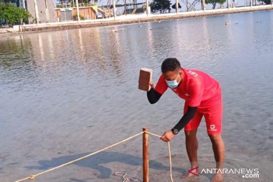 Manajemen Ancol pasang pembatas tali sepanjang bibir pantai