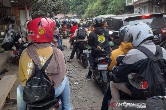 Wisatawan terjebak macet di jalur wisata pantai Kabupaten Garut