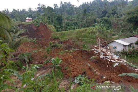 Tiga warga Sukabumi tertimbun longsor satu meninggal