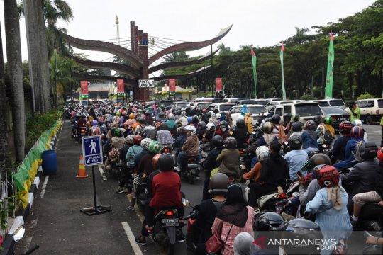 Wisatawan padati Taman Mini Indonesia Indah