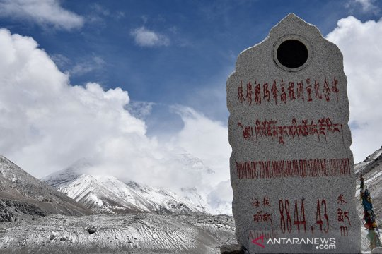 Masih khawatir virus corona, China batalkan pendakian gunung Everest