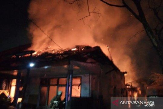 Delapan unit mobil Damkar padamkan rumah terbakar di Manggarai
