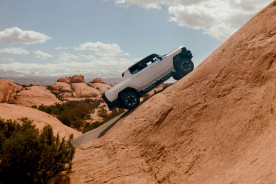 "GMC HUMMER EV unjuk gigi di medan ""off-road"" Moab Trails"