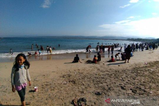 Wisatawan hilang terseret ombak di Pantai Santolo Garut