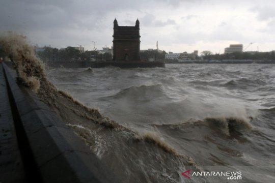 Belasan tewas akibat kapal tongkang tenggelam dihantam topan di India