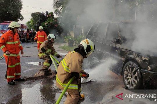 Sebuah Range Rover terbakar di Rawamangun