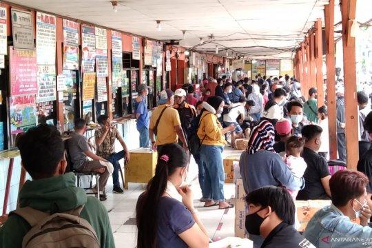 Terminal Kalideres juga padat penumpang mudik