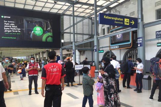 Penumpang arus balik di Stasiun Pasar Senen masih normal
