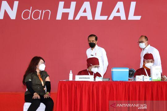 Presiden Jokowi tinjau vaksinasi gotong-royong di pabrik