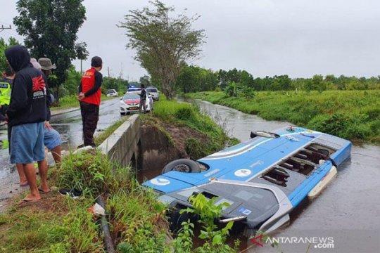 Bus DAMRI tergelincir ke sungai di Palangka Raya, satu orang meninggal
