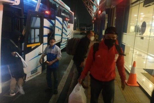 Bus AKAP tiba di Pulogebang disemprot disinfektan