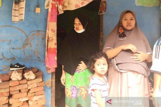 Wanita hamil sembilan bulan di Bogor panjat genting hindari banjir
