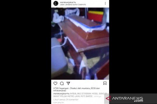 Kronologi kecelakaan yang menyebabkan jenazah terjatuh dari ambulans