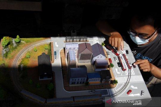 Melihat kerajinan diorama stasiun kereta di Solo
