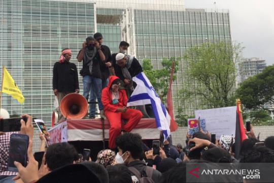 Hendak bakar bendera Israel, peserta aksi diamankan Polisi