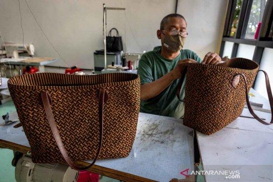 Kerajinan tas kulit Rorokenes tembus pasar internasional