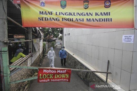 Warga jalani karantina wilayah di Cilangkap dapat bantuan makanan