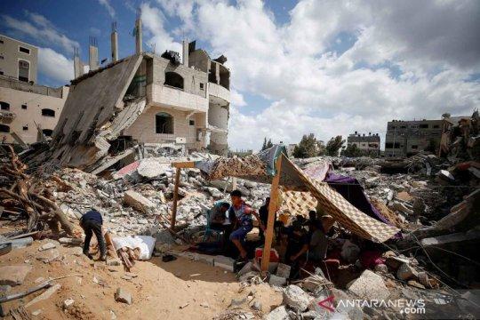 Warga Palestina bertahan di antara reruntuhan rumah