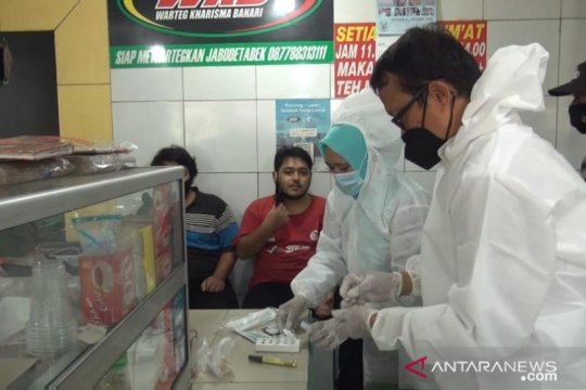 Pekerja informal yang balik ke Jakarta jalani tes antigen di Pancoran