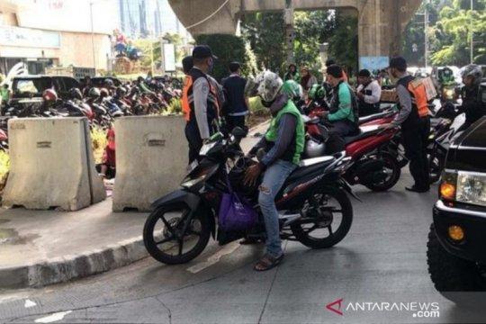 Parkir liar di trotoar jalan layang Kuningan ditertibkan