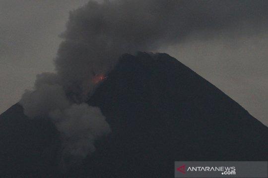 Awan panas guguran Gunung Merapi meluncur sejauh 3 km
