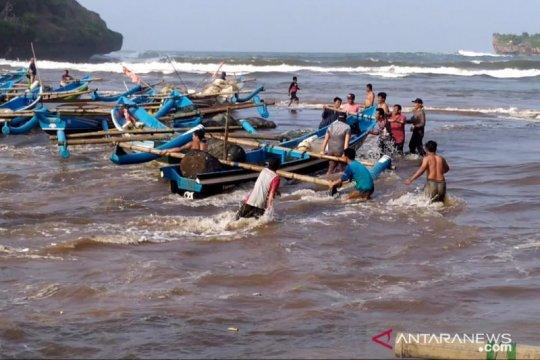 Diterjang gelombang tinggi, nelayan Baron Gunung Kidul evakuasi kapal