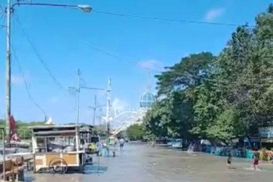 Kawasan pesisir utara Surabaya terendam banjir rob