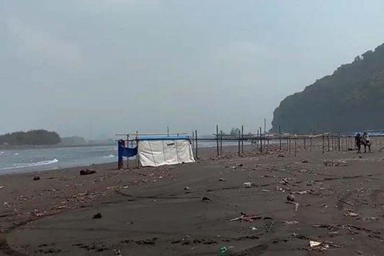 Sejumlah warung di Pantai Sodong Cilacap rusak akibat rob