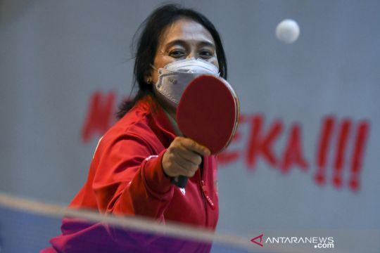 Aksi Menteri PPPA I Gusti Ayu Bintang Darmawati bermain tenis meja