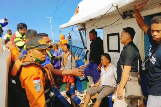 Kemenhub-Tim SAR evakuasi KM Karya Indah, seluruh penumpang selamat